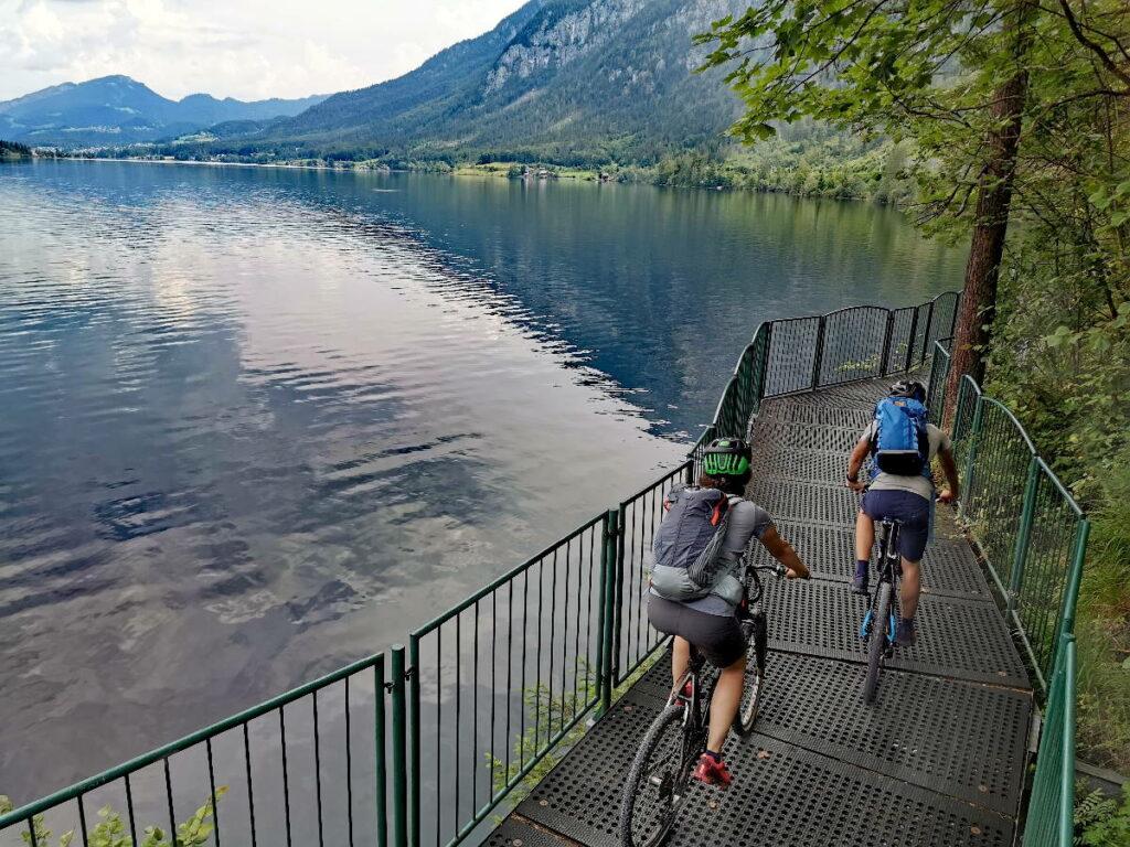 Mit dem Fahrrad kannst du direkt am Hallstätter See fahren