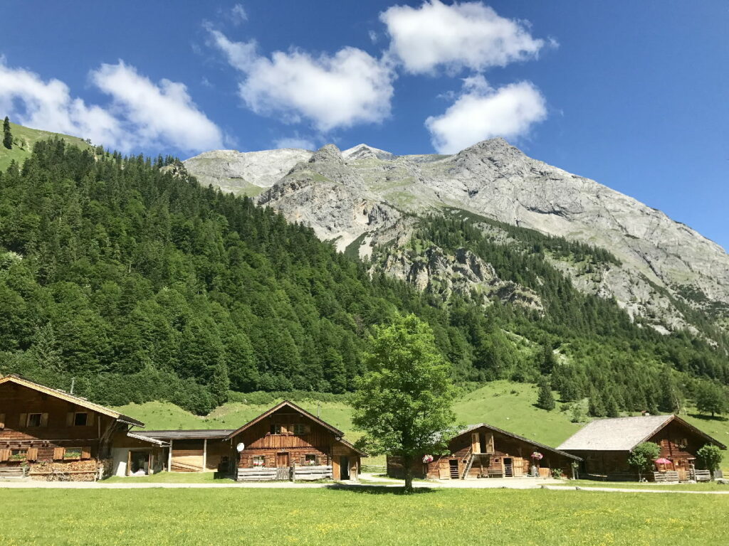 Gehört zu den besonderen Österreich Sehenswürdigkeiten: Die urigen Hütten der Engalm