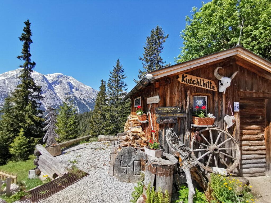 Urig und gemütlich ist es auf der Wettersteinhütte - grandios der Ausblick auf die Berge