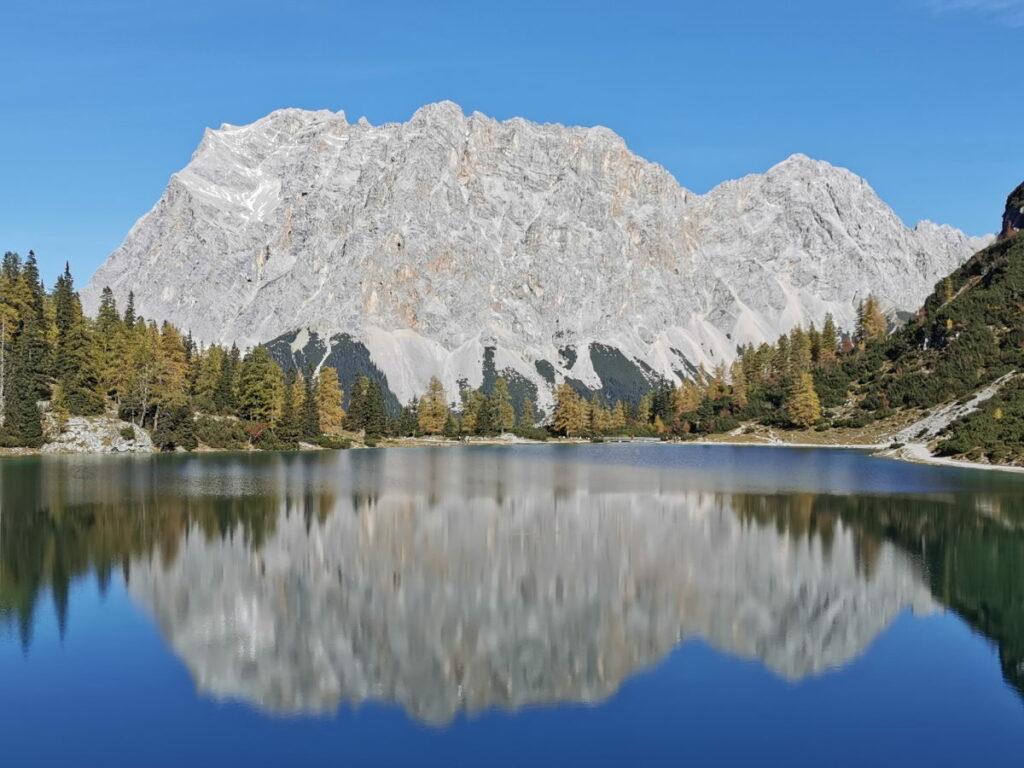 Von der anderen Seite des Sees siehst du die Zugspitze, die sich im Seebensee spiegelt