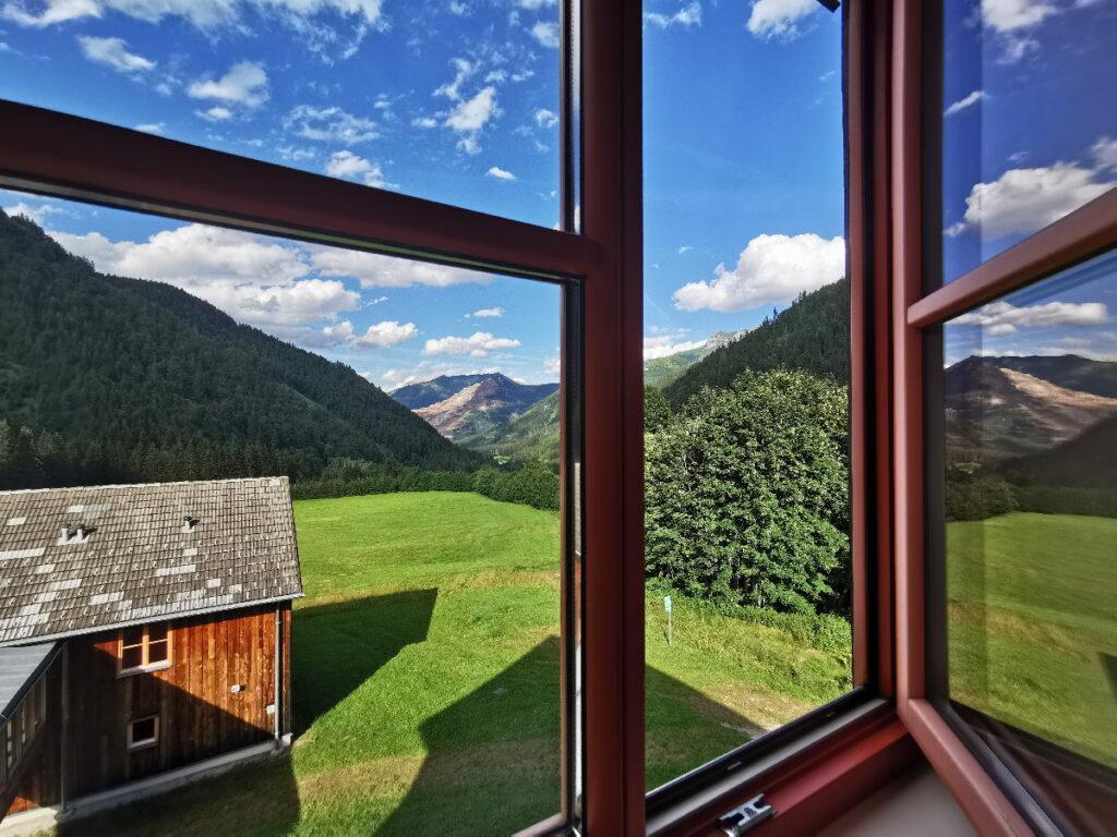 Österreich Urlaub im Sommer - lass die frische Bergluft durchs Fenster herein!