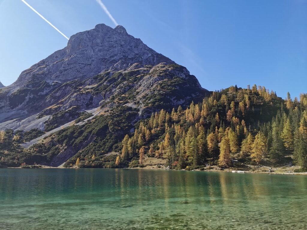 Österreich Urlaub im Herbst - mit den bunten Lärchen am Seebensee